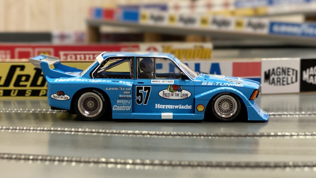 Sideways BMW 320 Gr. 5 Fruit of the Loom